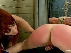 Протирка ее киски и порка ее задницы