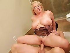 Грудастая мама, трахнувшая в ванной