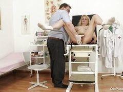 Белокурая зрелая шлюха трахается с гинекологом