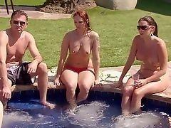 Сексуальная пара играет с цыпочкой в воде