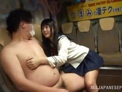 Студентка мастурбирует толстого девственника с маленьким членом