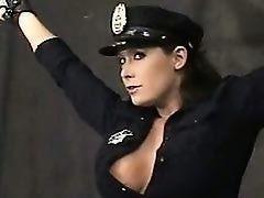 Женщина - полицейский с  большими сиськами любит связывать преступников и быть связаной