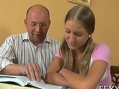 Пожилой учитель учит совершеннолетнюю молоденьккую студентку не только истории