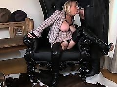 Шлюха с большими сиськами похотливо сосет член залезая на кресло в сапогах