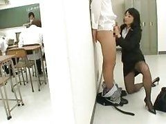 Natsumi Kitahara на коленях дрочит мужику за стенкой класса
