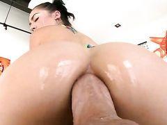 Брюнетка Kristina Rose получает в анус огромный хуй