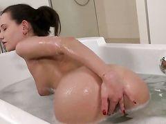 Горячая брюнетка Subil Arch получает удовольствие от ебли пальцами в ванне