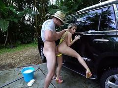Трахнул телку на стоянке за мытье машины