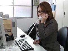 Японская красивая мамочка в офисе