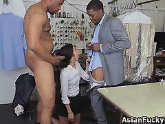 Азиатская молодая продавщица получает двойное проникновение большими черными членами