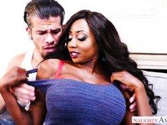 зрелая сисястая негритянка соблазняет мужика своими телесами