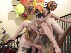 четыре телки устроили лесбийский гэнг бэнг на лестнице