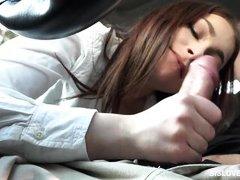 молодая телка отсосала своему другу за рулем авто