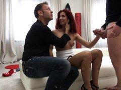 муж расхваливает свою жену перед тем как ее трахнет порнозвезда