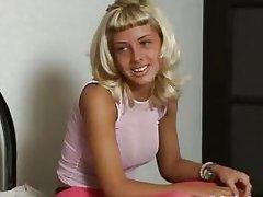 возбужденная блондинка готова отдаться оператору