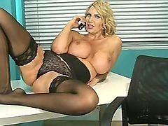 Горячая мамочка в чулках Leigh Darby грязно трахается в офисе