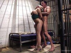 Связанная Kagney Karter трахается жестко в тюремной камере