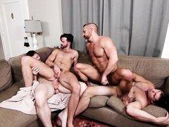 Горячие голубые мужчины с большими мускулами трахаются на диване